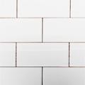 白くシンプルなインチ規格のタイル