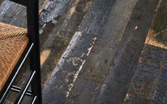 アメリカで建物の構造材や牧場の柵として使われていたオーク材を、現地の製材所で加工した床材。