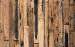 構造材を再利用した濃い床材