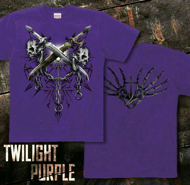 メタル ロック バイカー系のスカル柄Tシャツ。背面は十字架 パープル