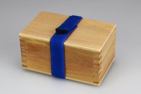 スピンブレード用 木製ビットケース フタの固定の例