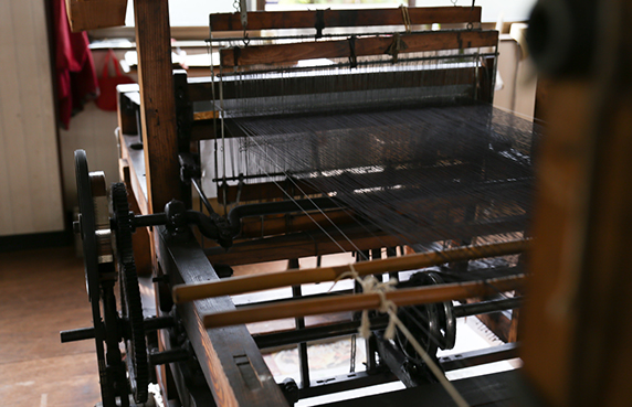 手織りの技術とともに残る希少な力織機。