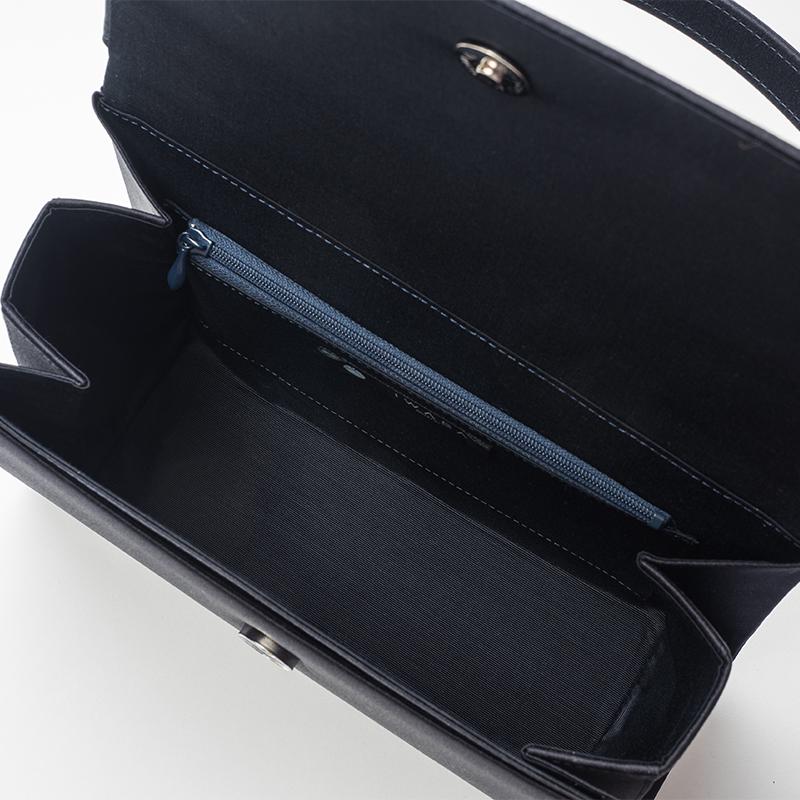 仕分けもしやすいスマートな使用感のため、内部外部にポケットを配しています。