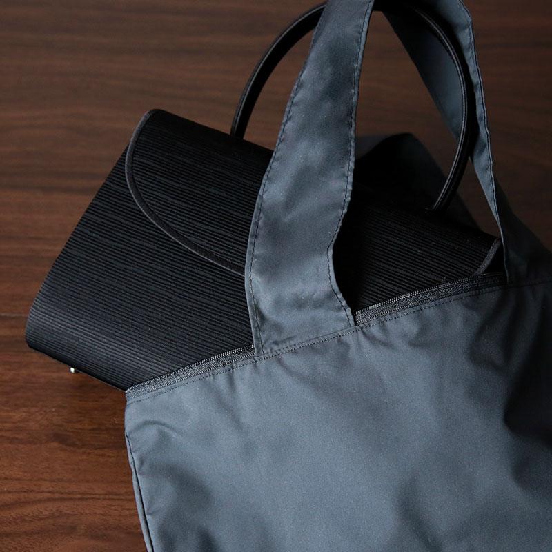 あらゆるフォーマルバッグに対応できる大きめサイズ。