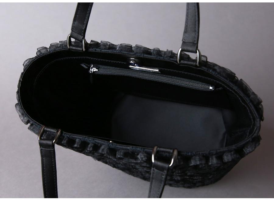 バケツ型トートタイプで、口が広めなので内側が見やすく使いやすくなっております。