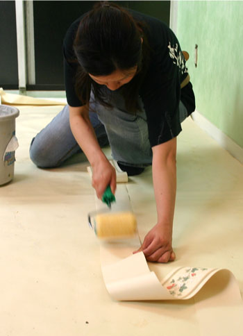 トリムボーダーに生のりを塗っている写真