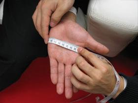 甲手の寸法の測り方:指と掌を真直ぐに伸ばし親指と水平に測る画像