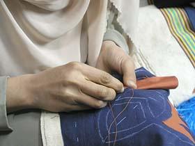 アップリケ刺繍をする女性