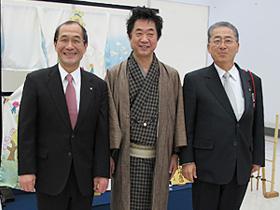 門川市長(左)、弊社代表山内慶一(真中)、井上議長(右)