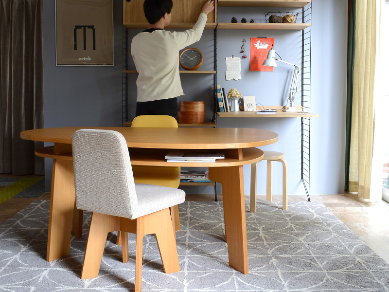 やさしい暮らし-SHUNO(シュノ)収納付き 変形ダイニングテーブル150 ソファの後ろに設置