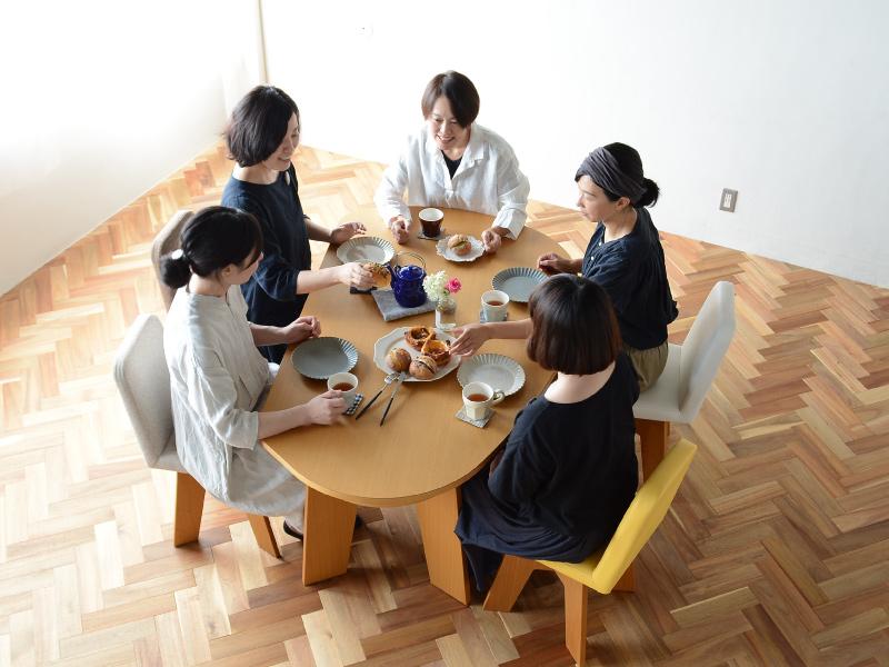 やさしい暮らし-SHUNO(シュノ)収納付き 変形ダイニングテーブル150 囲んでる様子