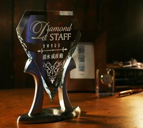 社内表彰にR.S.Owensガラス製トロフィー
