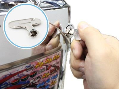 スロット台は、自由にドアの開閉ができるように<br>専用のドアキーが付属