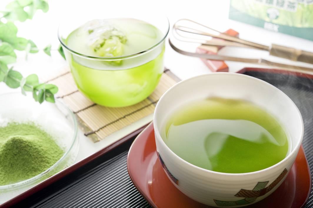 暖かい緑茶と冷たい緑茶。