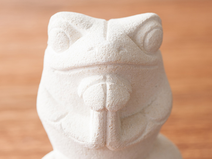 パリマナン製 幸せの四つ葉のクローバーを持った癒しの仲良しカエル【45532】