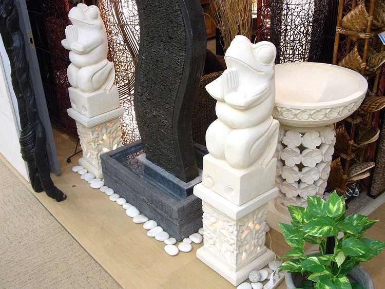 【45594】幸せを祈ってくれる「神様の使い」白いカエルの石像