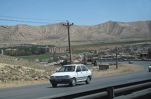 ギャッベ(ギャベ)のグラデーションそのままのシラーズの山並みの風景写真