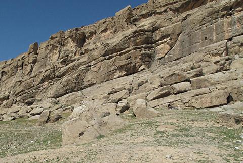 シラーズの山並みはこのような岩盤から出来ている。