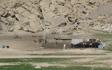 カシュガイ族の野営、家畜小屋