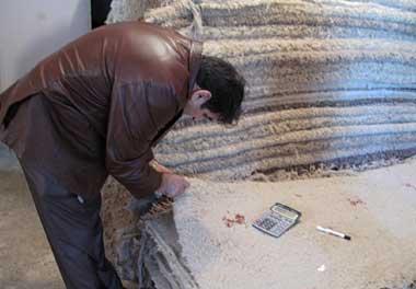細かくチェックされる織りたての生ギャッベ(ギャベ) イラン・シラーズにて