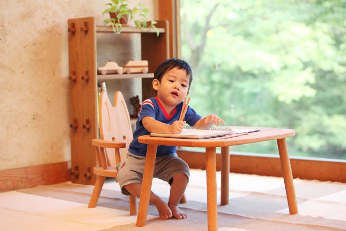 肘付ウサギイス&子ども用テーブル