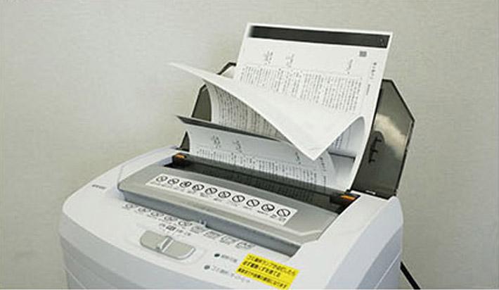 ホチキス留めした紙束をセットし、細断スタート。引っ張られた紙が上から順に1枚ずつホチキスから外れ、給紙されていきます。