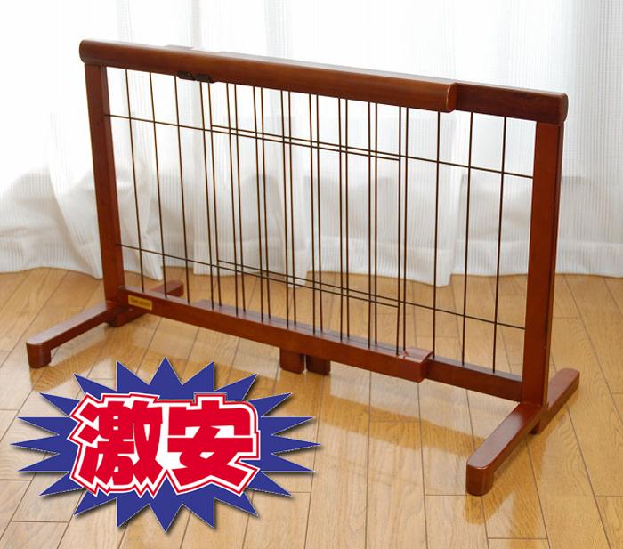 置くだけ小型犬犬用ゲート。(自立タイプ)。スライド式で67から116cmの間で伸縮できます。綺麗な木製タイプでお部屋にマッチます。またぎやすい高さで人の出入りもドア付きほど面倒ではありません。 使いやすい床に置くだけのタイプなので、どこでも手軽に間仕切りができます。   壁にくっつけておいたり、通路に置いて理もできます。