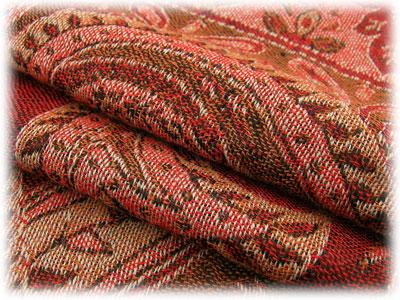 柔らかくて暖かい肌触りの優しいウール素材で秋から冬に大活躍! 赤とオレンジを基調とした深みのある色合いにペイズリーと植物柄の美しい織りの上品なマフラーです