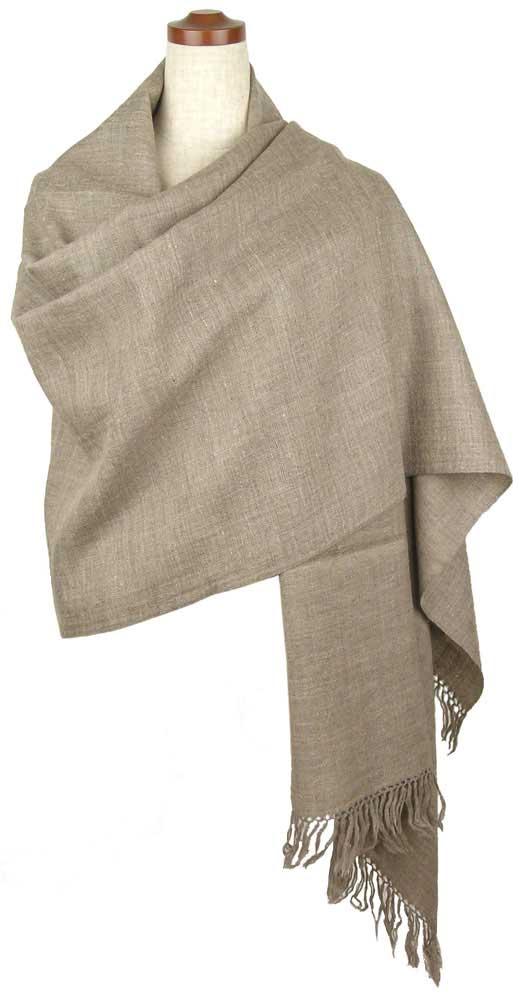 肩まですっぽり包み込んでくれるサイズ・ふんわりと柔らかくて暖かいウールとパシュミナのショールです・色付けをしていないナチュラルカラーのものです。