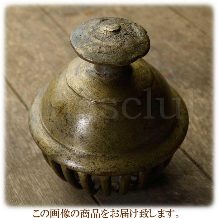インド直輸入・象の首に付ける大きな真鍮製の鈴です。特徴的な櫛歯デザインでガランガランと大きな音で鳴り響きます。宅配便にて迅速にお届け致します