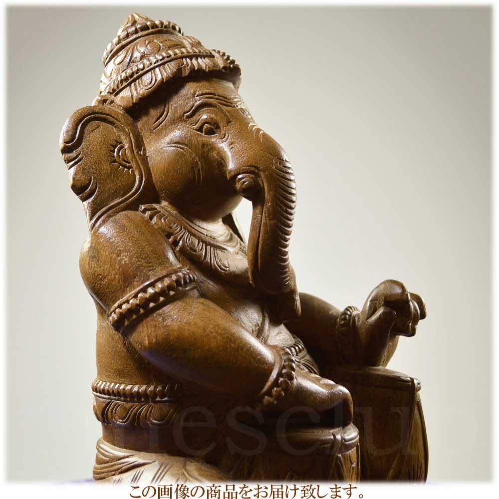 インドの木工芸品・タブラ(インドの太鼓)を叩くガネーシャです・つややかな木で造られた大きな木像です・手彫りの一点物です
