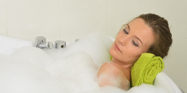 入浴中の女性