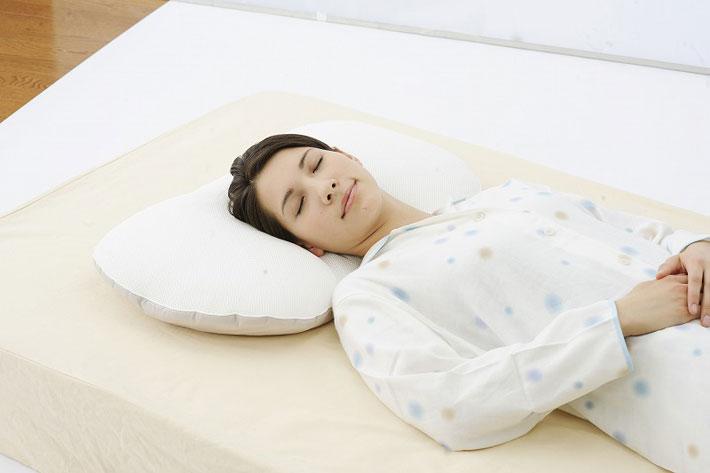 マリオット枕に寝ている女性