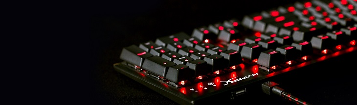 ダイナミックライティング効果がある HyperX の赤いバックライト付きキー