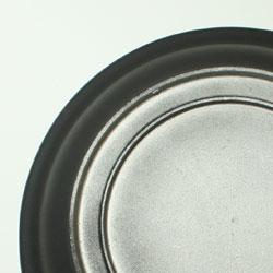 IH非対応 土鍋風アルミタジン鍋の裏側はIH対応らしくフラットな作りに。