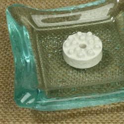 セラミック製・お香立てを香皿の上にセット