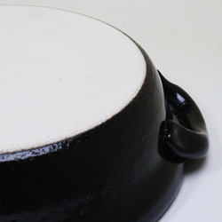 萬古焼蒸し土鍋・タジン10号(4~5人用)の裏面は普通の土鍋と同じくザラザラした質感。