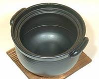 セラミック炊飯鍋の中には、水量の目安線があって便利です。