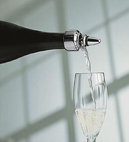 """シャンパンサーバー&ストッパーはシャンパンを""""ゆっくりと""""グラスに注ぐことができる"""