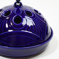 【日本製】お盆付き蚊遣り(蚊取り線香入れ)瑠璃は、蓋の穴から煙がでていきます。