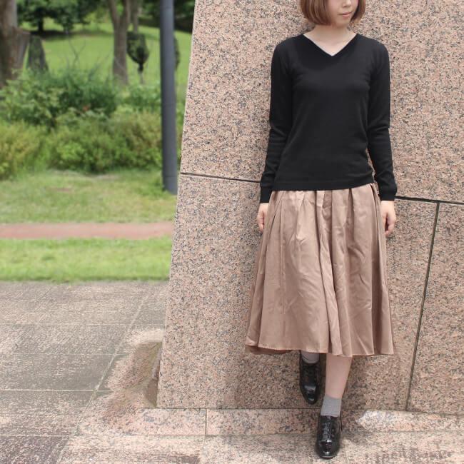 さらりと1枚着るだけで美しスタイル完成!カシミヤは薄くて軽いのにあたたかいから着ぶくれしません。さらりと着るニットは、凛とした魅力を放ちます。