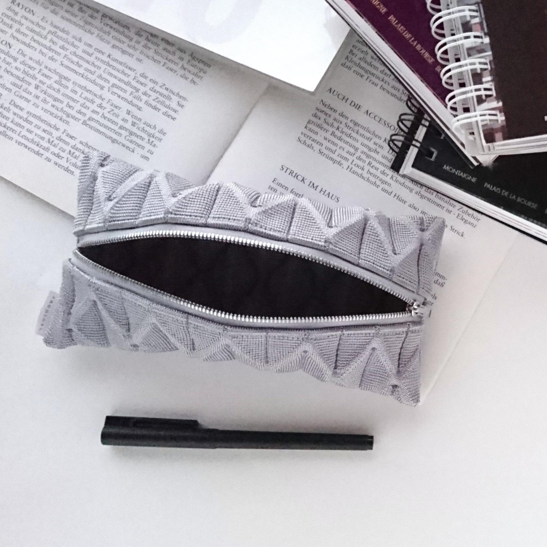 積まれた本、書きかけのノート、転がったペン。日常の何気ないワンシーンがまるでアート写真のように輝きだします
