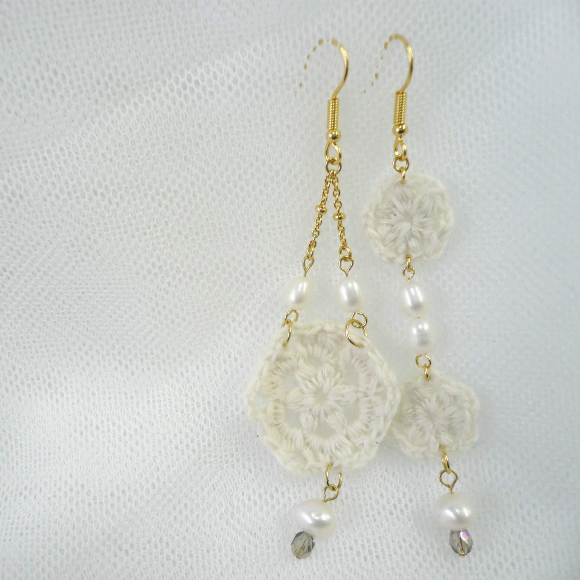 耳元を飾るニット。オーガニックコットンウールの糸で編んだ、ナチュラルな雰囲気があるカギ針編みのピアスです。