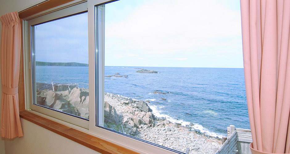 お部屋の窓から海を一望