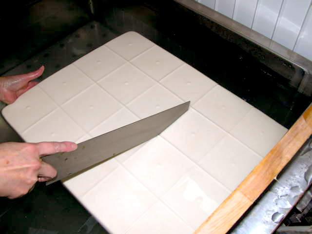 出来立ての豆腐を切り分ける