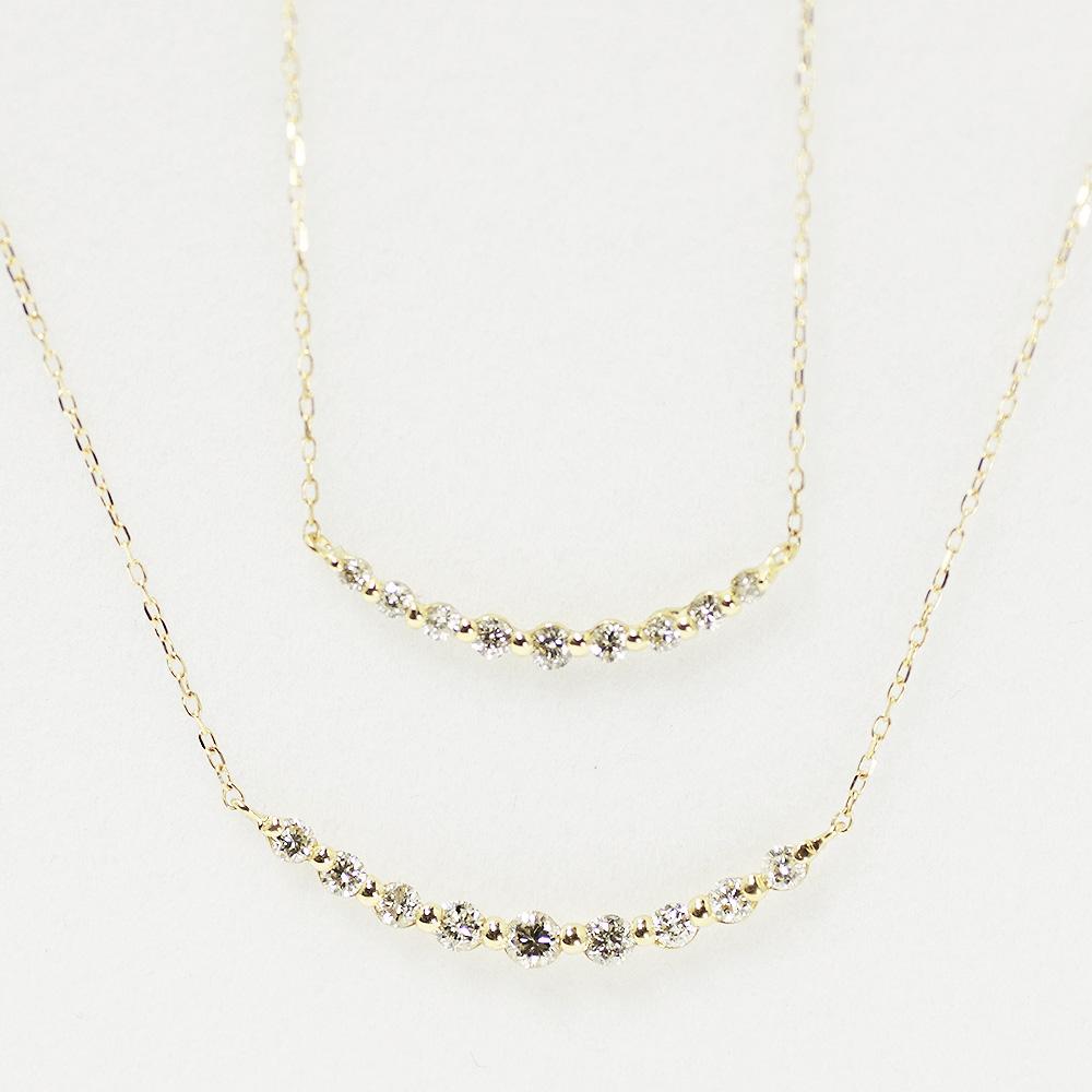 """一粒ダイヤとはまた違った魅力の、ライン風デザイン。シンプルだからこそ、ダイヤの輝きが光ります。""""スマートなお洒落""""という印象。さらっとさり気ないお洒落にぴったりです。"""
