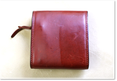 ビーズワックス、ひまわりワックス、ホホバオイル配合でレザーバッグ・財布等を優しく保護。