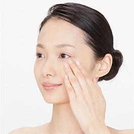 洗顔後の肌にお使いください。