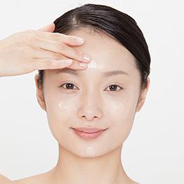 クリームを手にとり、両頬、額、あごの4ヵ所にクリームをのせ、指のはらを使って軽くのばします。