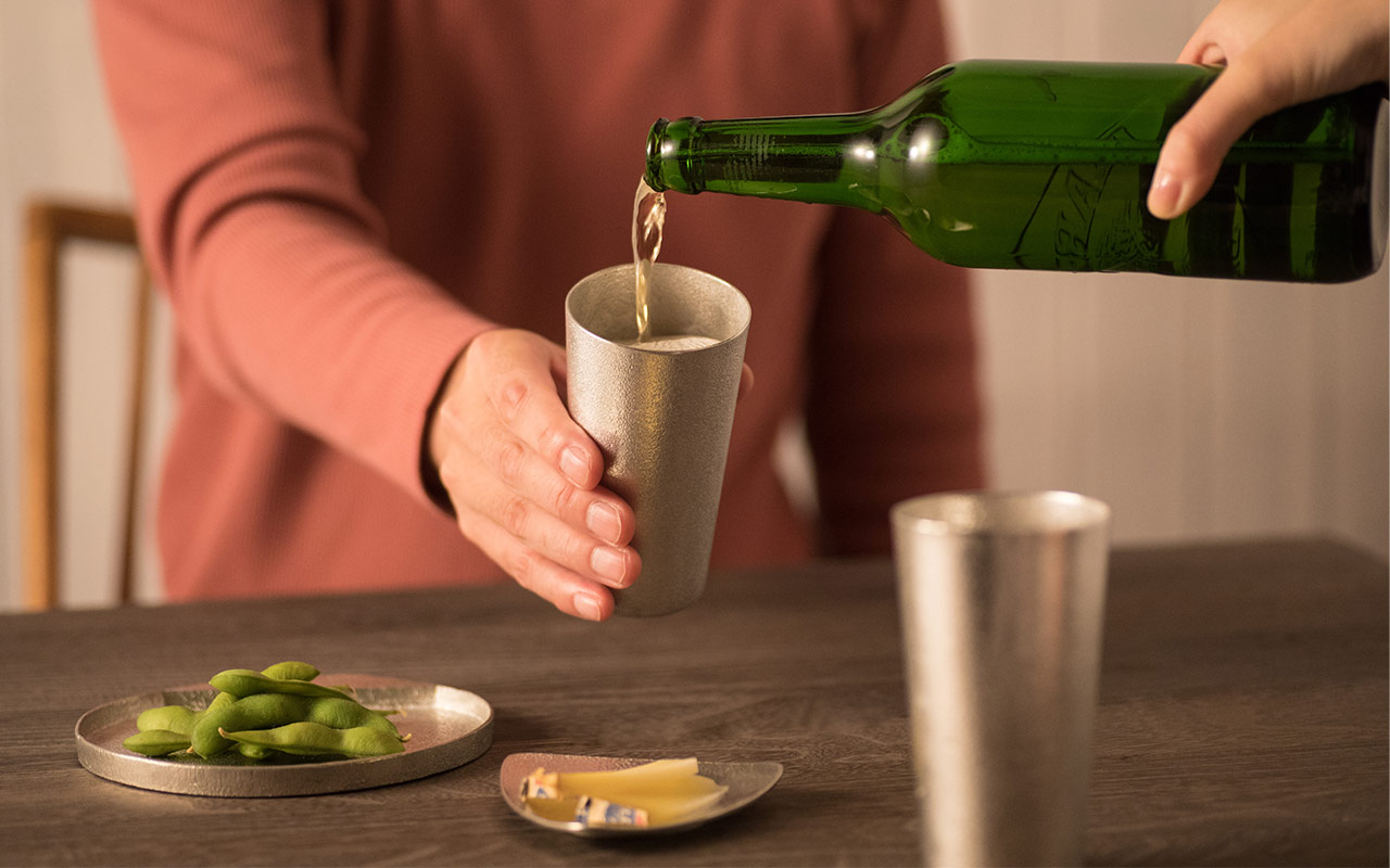 タンブラーにビールを注ぐ様子